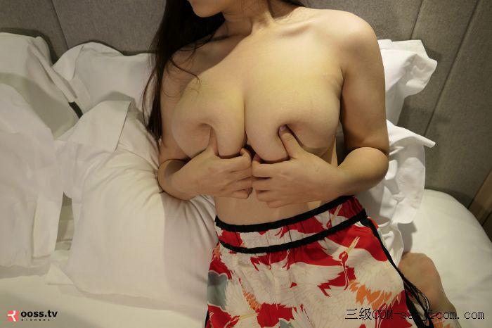 Rosimm第2909期_巨乳妹子私房床上全裸上身露傲人豪乳两手遮胸遮点极致诱惑写真[10/45]