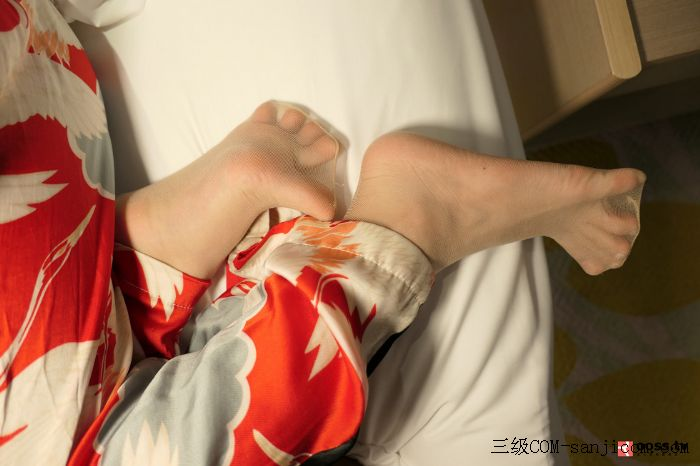 Rosimm第2909期_巨乳妹子私房床上全裸上身露傲人豪乳两手遮胸遮点极致诱惑写真[16/45]