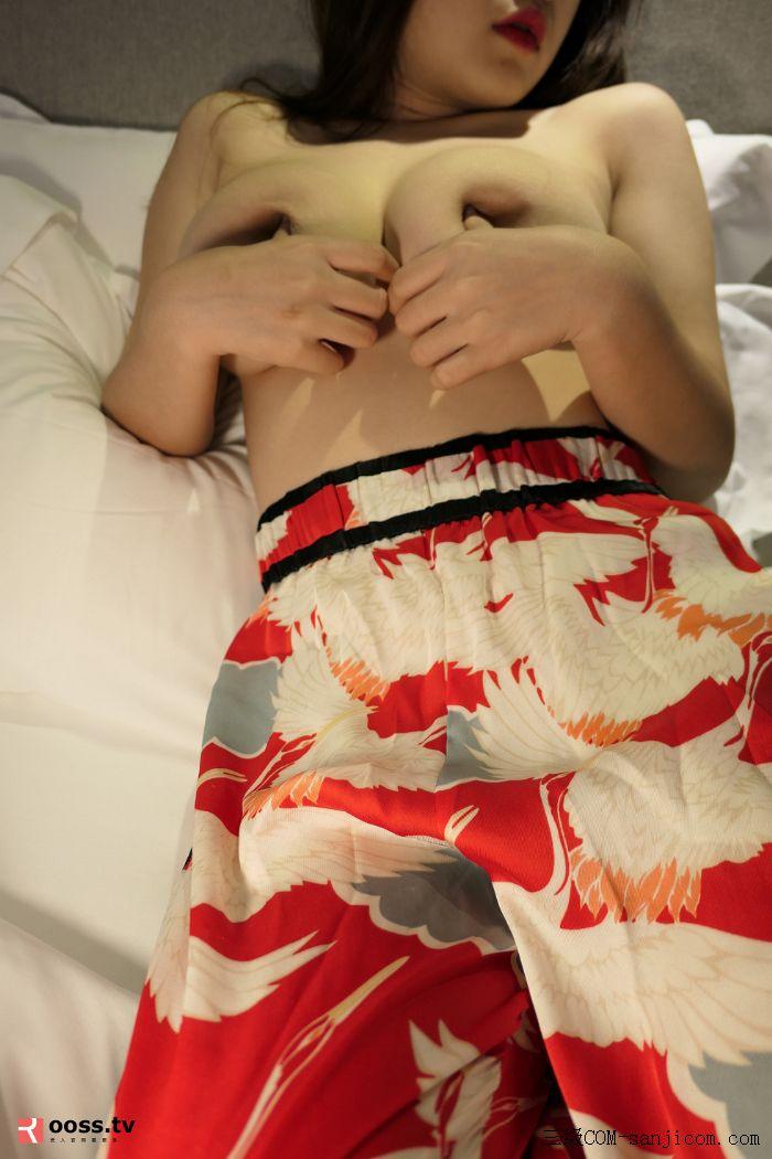 Rosimm第2909期_巨乳妹子私房床上全裸上身露傲人豪乳两手遮胸遮点极致诱惑写真[17/45]