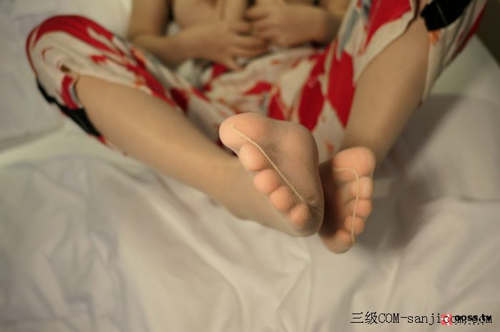 Rosimm第2909期_巨乳妹子私房床上全裸上身露傲人豪乳两手遮胸遮点极致诱惑写真[32/45]