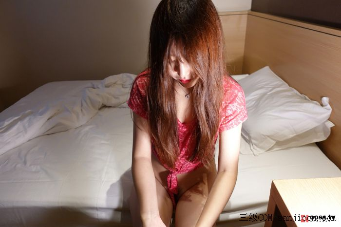 Rosimm第2928期_红色短袖衫美女居家私房红色情趣内裤秀翘臀撩人姿势诱惑写真[1/53]