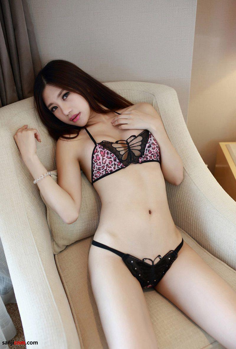 绮里嘉丰满高挺的乳房,平坦柔软的小腹,柔软的蜂腰以及滚圆而硕大的臀部 沙发性感写真[11/40]