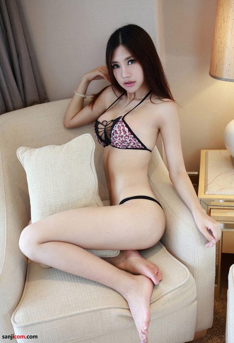 绮里嘉丰满高挺的乳房,平坦柔软的小腹,柔软的蜂腰以及滚圆而硕大的臀部 沙发性感写真[14/40]