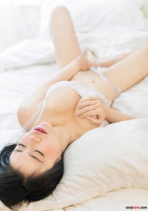 大胸美女床上摆诱人姿势[25P]