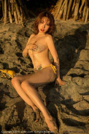 [XiuRen秀人网]No.1551_女神黄乐然全裸遮胸挤胸户外沙滩金色比基尼半脱露豪乳撩人诱惑写真[55P]