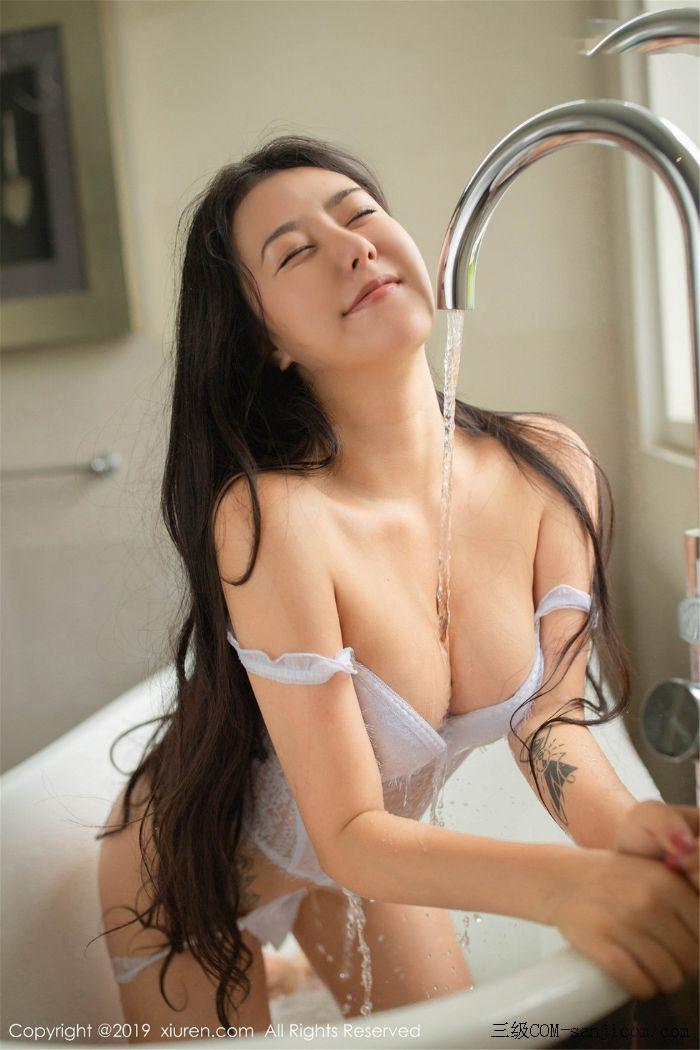[XiuRen秀人网]No.1590_女神Manuela玛鲁娜巴厘岛旅拍私房浴室里全裸遮胸秀豪乳翘臀诱惑写真[6/78]