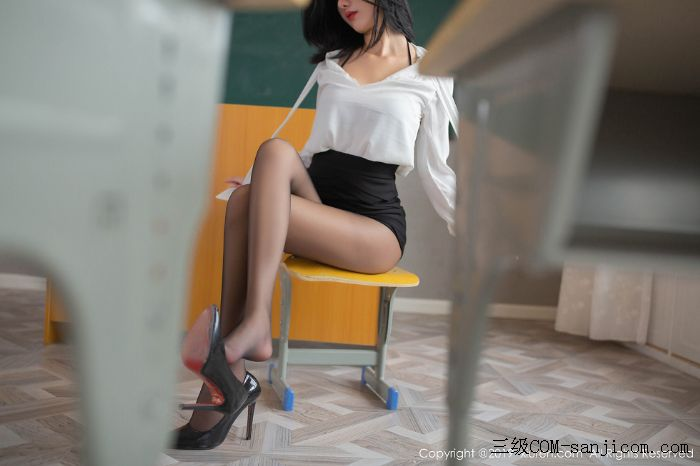 [XiuRen秀人网]No.1690_嫩模就是阿朱啊全裸遮胸魅惑教师制服白衬衣配无内黑丝裤袜诱惑写真[50/108]